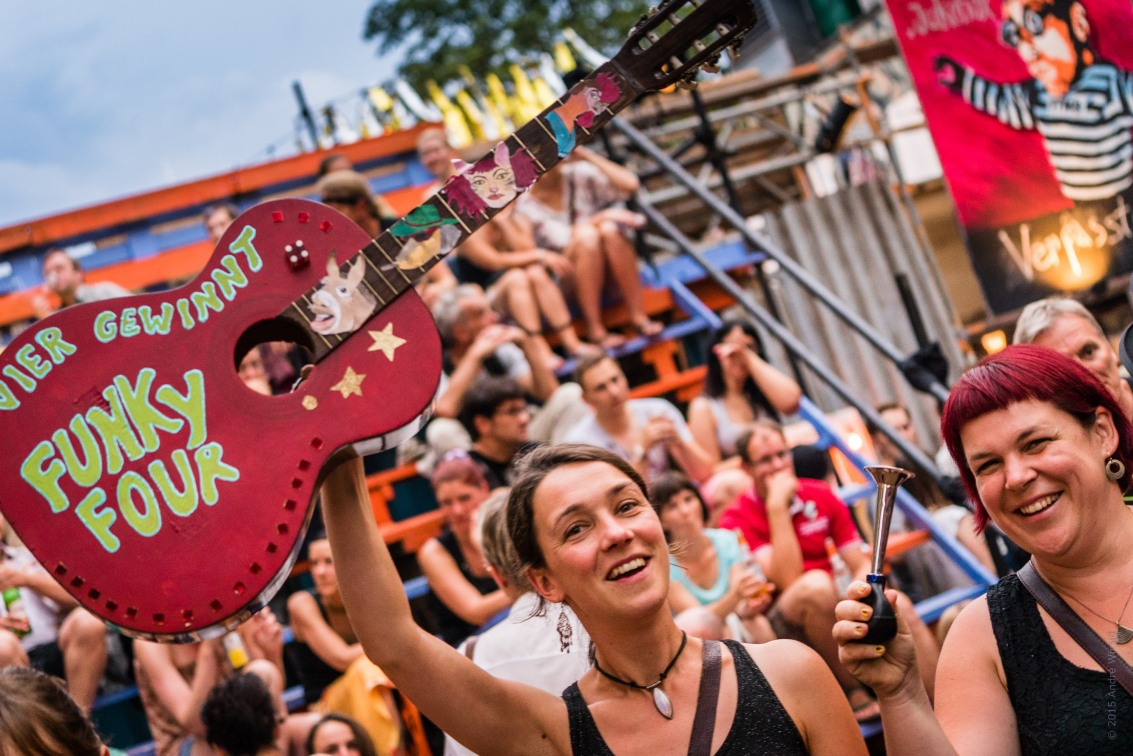"""Pappschattira Schaukastentheater (Deutschland), """"Vier gewinnt"""". Scheune – Schaubuden – Sommer 2015. Das XVIII. internationale Sommerfestival für Theater, Vergnügen und Musik in der Dresdner Neustadt. Foto: André Wirsig"""